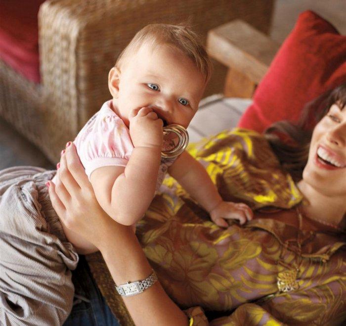 Милла Йовович с ребенком