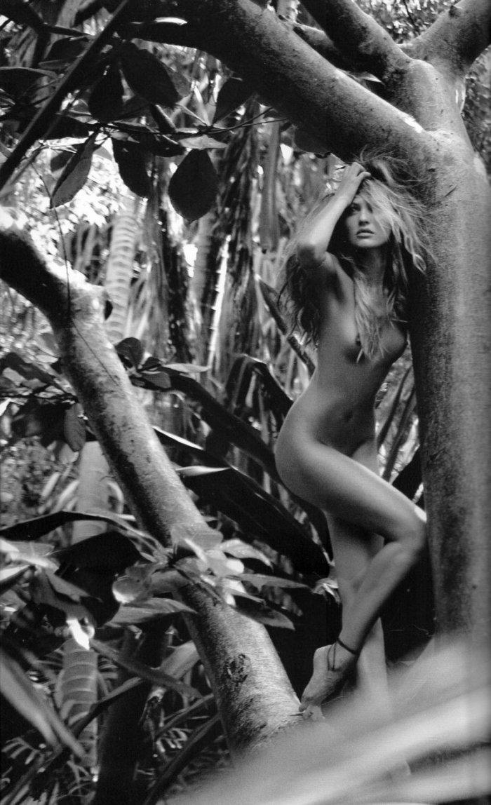 Кэндис Свэйнпоул в лесу