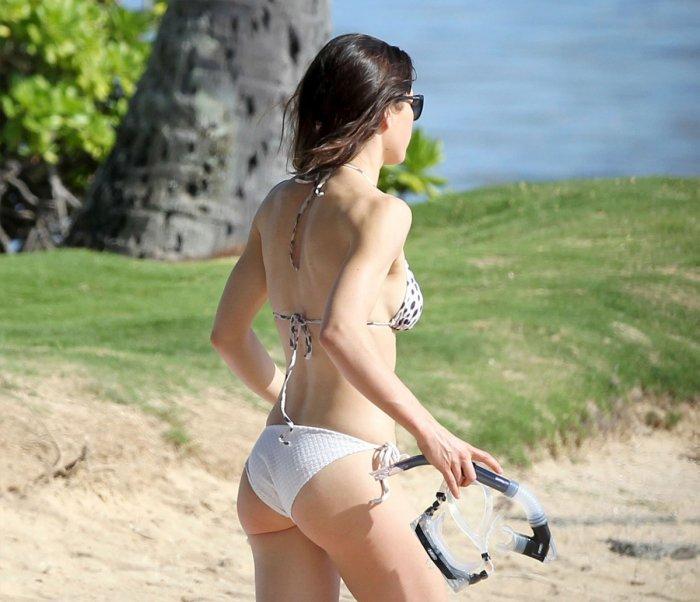 Джессика Бьел в бикини на Гавайях